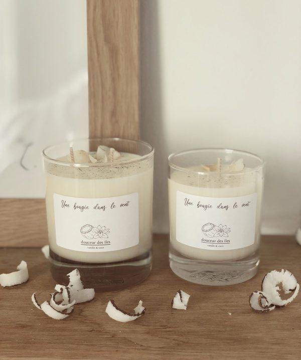 Bougie parfumée à la cire de soja naturelle et végétale à l'odeur réconfortante de vanille et de noix de coco pour un moment d'évasion sous les cocotiers.