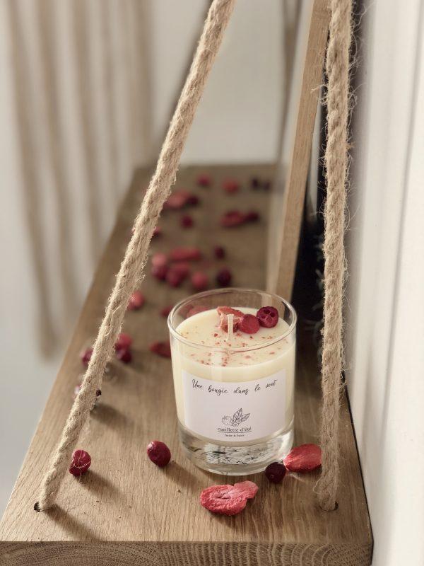 Bougie à la cire de soja parfumée naturelle et végétale à l'odeur ensoleillée de fruits rouges enrobés de lait pour un moment délicieux et gourmand.