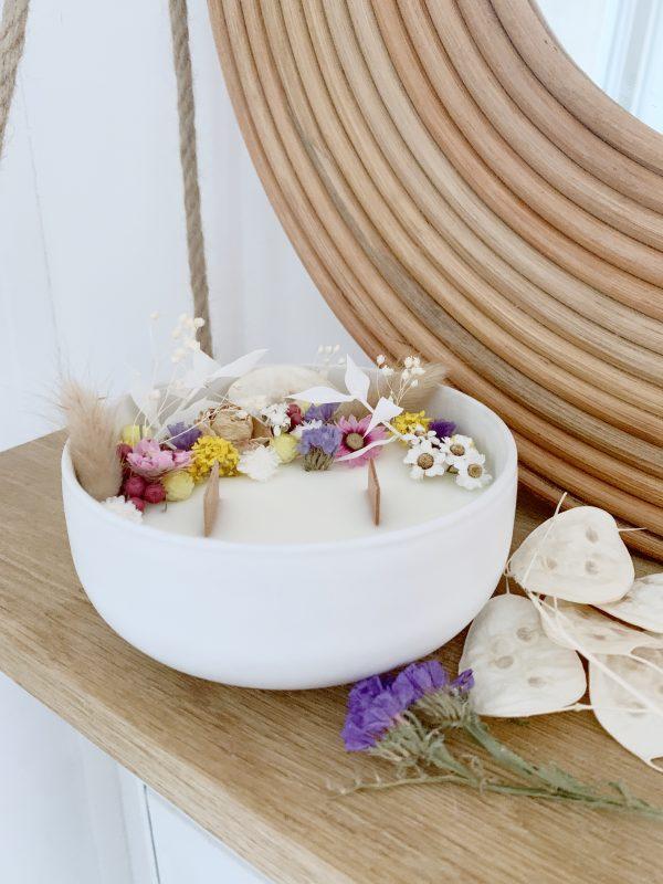 Bougie fleurie à la cire de soja et aux parfums de néroli, yuzu et poudre de riz