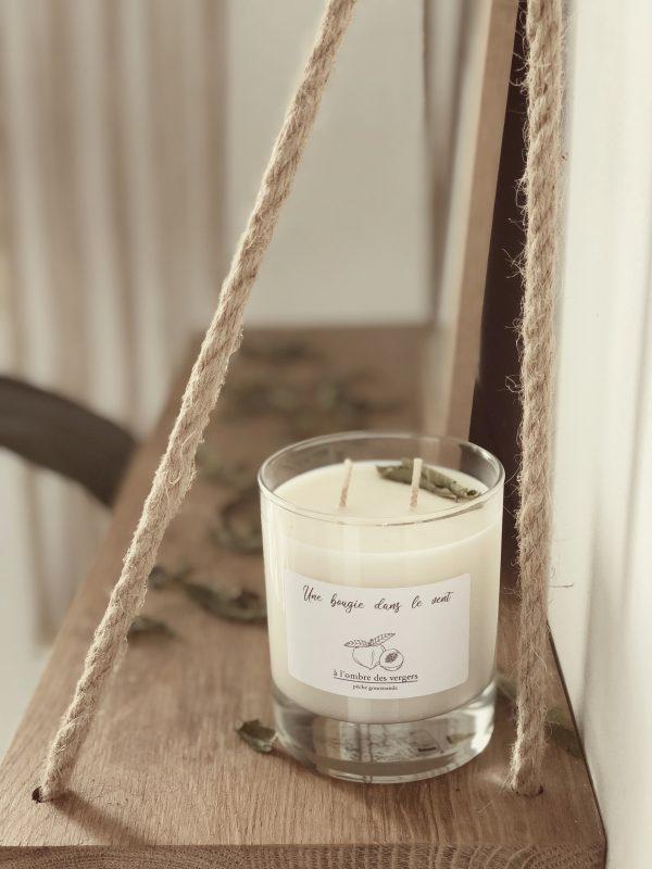 Bougie parfumée à la cire de soja naturelle et végétale à l'odeur douce et fruitée de pêche gourmande pour un moment parfumé sous les vergers - Une Bougie Dans Le Vent