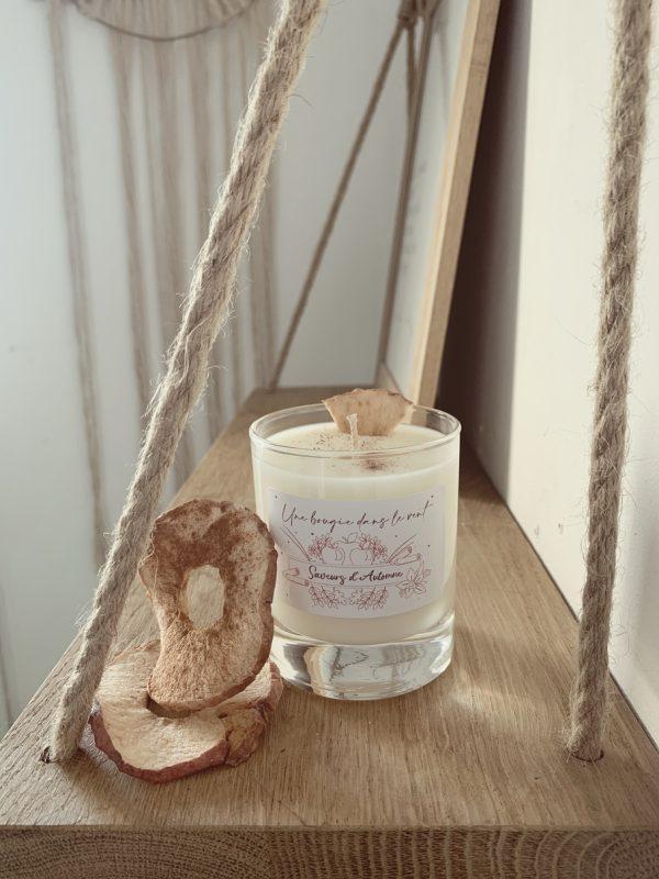 Bougie parfumée à la cire de soja naturelle et végétale au parfum de pomme/cannelle pour une ambiance gourmande sucrée et épicée. - Une Bougie Dans Le Vent