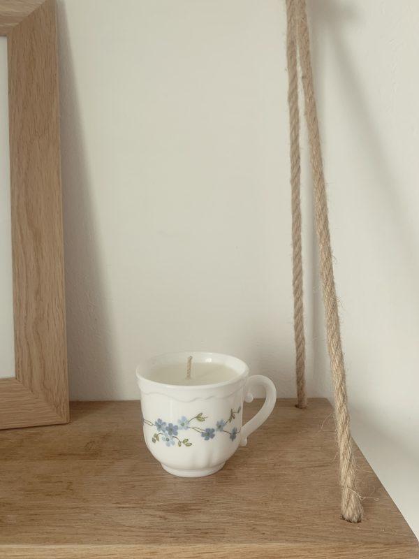 """Cette bougie coulée dans une tasse en arcopal vintage chinée est parfumée grâce à la fragrance """"Pumpkin Spice""""."""