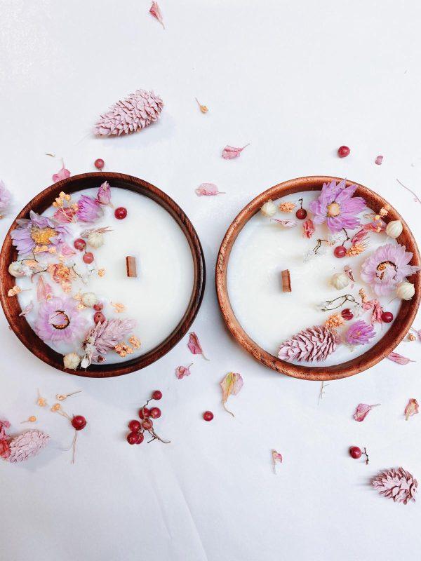 Cette bougie fleurie dans son joli écrin en bois brut est parfumée au bois de rose. Une fragrance fleurie et boisée à la fois.