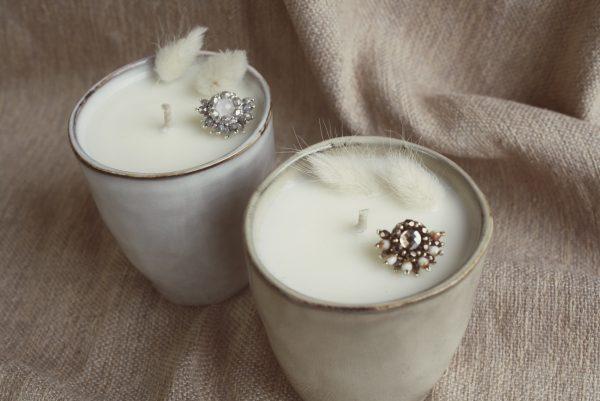 """Le coffret """"Lumière d'hiver"""" est composé d'une bougie dans un sublime contenant (bronze ou argent) ainsi que d'un pin's plaqué or brodé à la main par Jeanne de la marque Colette s'apprête."""