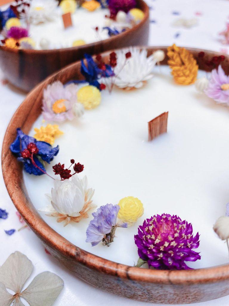 Cette bougie fleurie en couronne est parfumée au bois de rose. Une fragrance fleurie et boisée à la fois rappelant un parfum féminin de caractère.