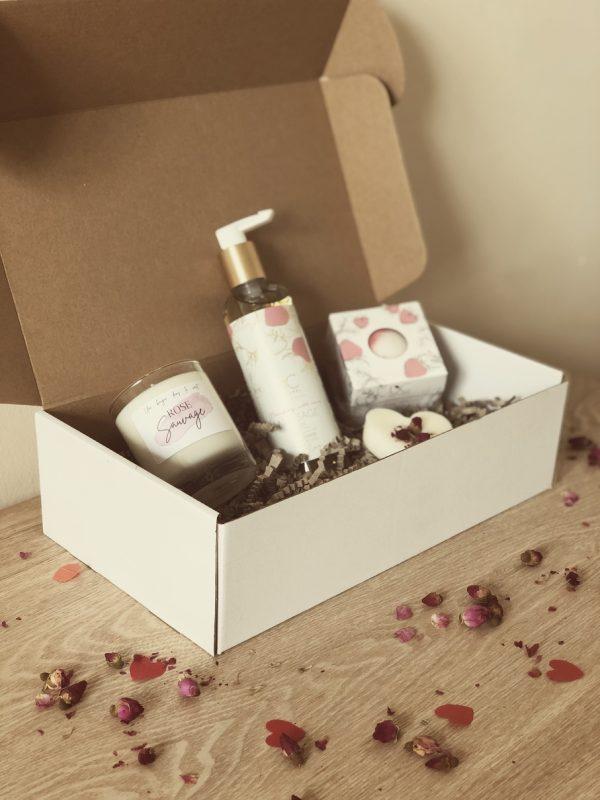 Offrez-vous un instant de détente et de plaisir grâce à cette petite box spéciale Saint-Valentin, vous y trouverez une bougie de la nouvelle « collection confidentielle » ainsi que beaucoup d'autres surprises qui ne vous laisseront pas indifférents. Grâce à cette jolie box une parenthèse de bonheur vous sera dédiée.