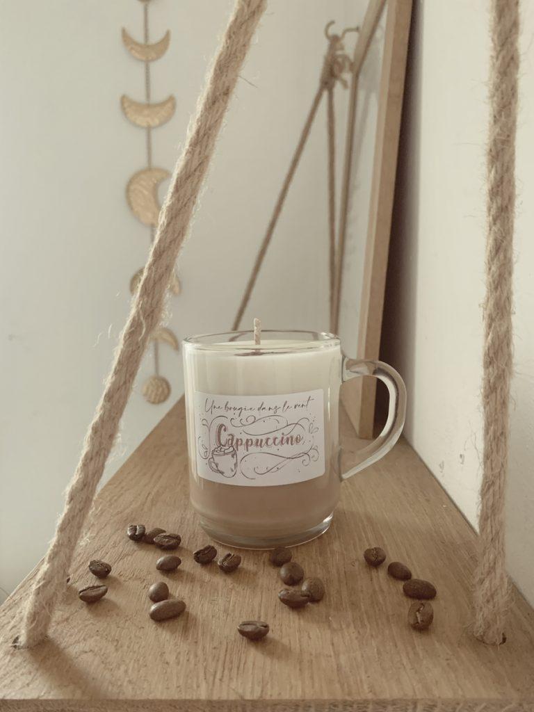 La bougie cappuccino est composée des notes du café et de la mousse de lait : le parfait mélange pour cette boisson chaude réconfortante !