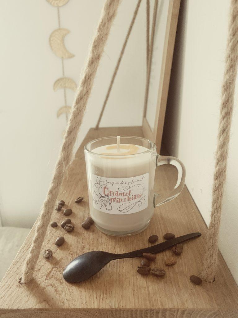 Du café, du caramel et du lait pour une boisson chaude délicieusement sucrée et gourmande.