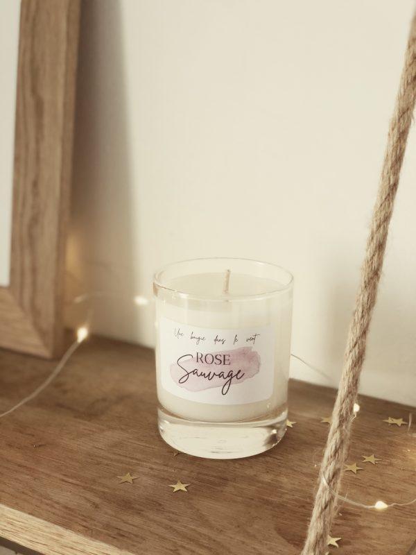 """""""Rose sauvage"""" dévoile une touche d'épices enveloppée par une pointe de vanille qui permettent de révéler toute la puissance du bois de rose pour dévoiler un parfum chaleureux. Vous pourrez découvrir une fragrance fleurie et boisée à la fois rappelant un parfum féminin de caractère."""
