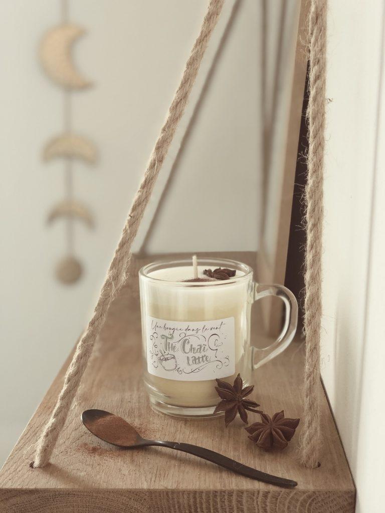 Du thé noir, des épices et du lait pour une bougie fraîche et un brin épicée.