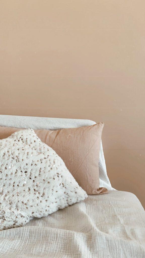 Découvrez dans cet article 7 idées déco pour rendre votre salon cocooning. Faites entrer de la douceur dans votre salon grâce à l'ambiance tamisée d'une bougie.