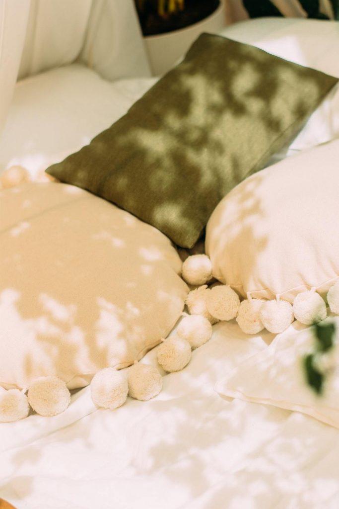Des plaids et des coussins pour une dose de confort