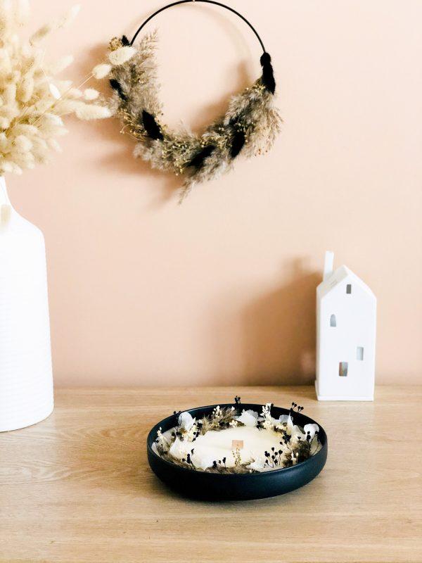 Cette magnifique bougie fleurie dans un joli contenant en céramique noir est parfumée grâce à l'essence cachemire & soie.