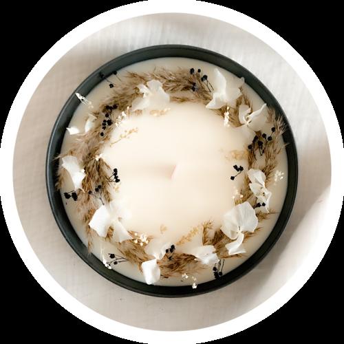 Cette superbe bougie fleurie dans un joli contenant en céramique noir est parfumée grâce à l'essence cachemire & soie.