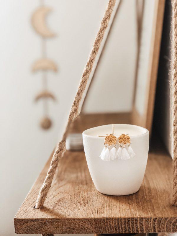 Cette jolie collaboration a donné naissance à un produit original et à un savoureux mélange de deux univers. Retrouvez une bougie parfumée au monoï qui fera entrer le soleil chez vous, pour une ambiance estivale et une sensation de bien-être. Cette bougie est accompagnée d'un joli bijou en acier inoxydable confectionné consciencieusement par la talentueuse créatrice de Zaïko Jewelry. Ce bijou vous charmera par son raffinement et la délicatesse du travail effectué.