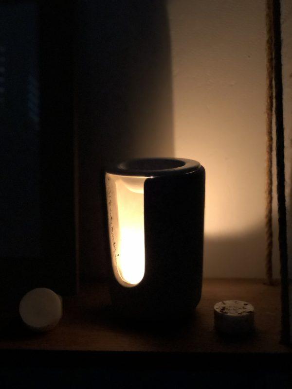 Ce brûleur est composé d'une partie supérieure en céramique où placer le fondant ainsi que d'un très grand socle en béton pour la bougie.
