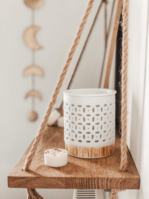 Ce brûleur au style contemporain et scandinave est composé d'une partie supérieure où placer le fondant ainsi que d'un socle pour la bougie.