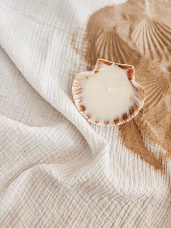 Découvrez nos bougies de l'été dans leurs coquilles Saint Jacques. Elles sont coulées à la cire de soja et au parfum de Grasse de votre choix.