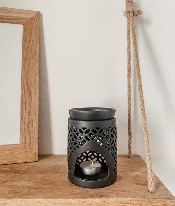 Ce brûleur est composé d'une partie supérieure en céramique noire où placer le fondant ainsi que d'une partie inférieur pour y déposer la bougie chauffe-plat.