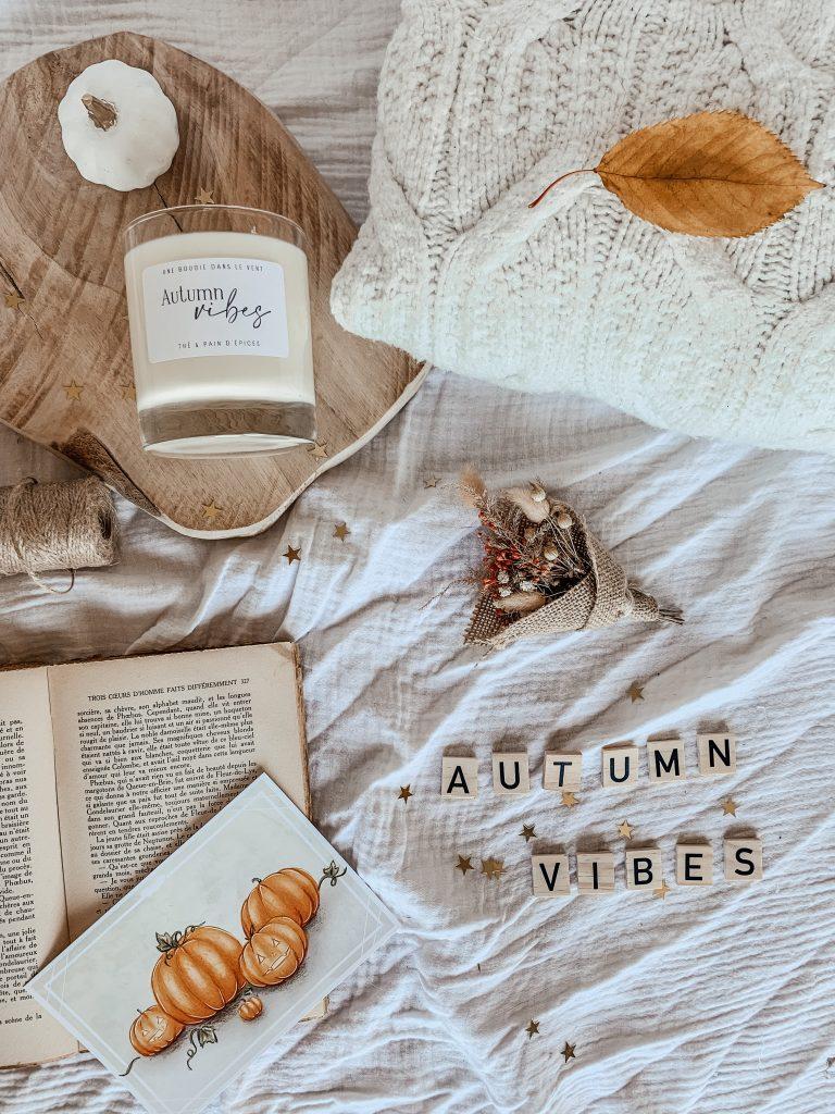 Cette bougie est délicatement parfumée au thé et pain d'épices. Un parfum à la fois gourmand et épicée. Elle est parfaite pour les douces soirées d'automne dans une ambiance cosy.