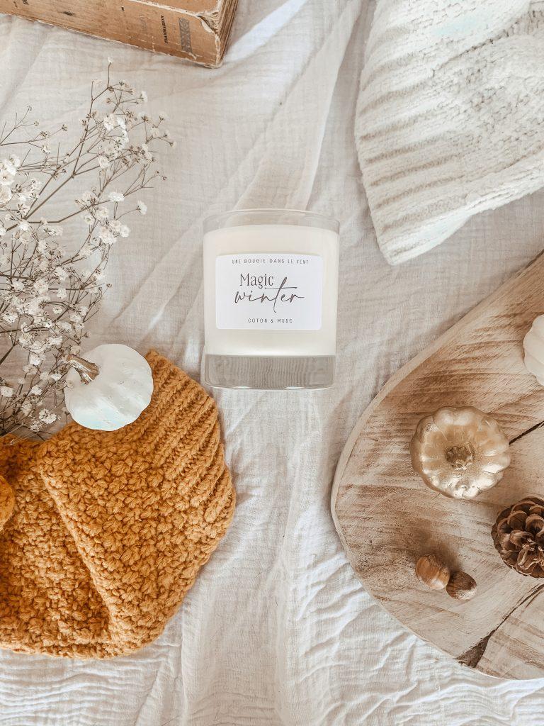 Cette bougie fleurie est parfumée à la fleur de coton et au musc. Un parfum doux et poudré pour plonger dans une belle de bien-être et de délicatesse.