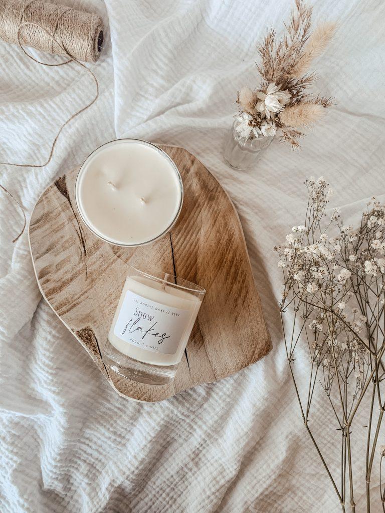 Cette bougie gourmande est parfumée au nougat et au miel. Un parfum sucré et poudré pour nous rappeler les souvenirs de jolis paysages enneigés...