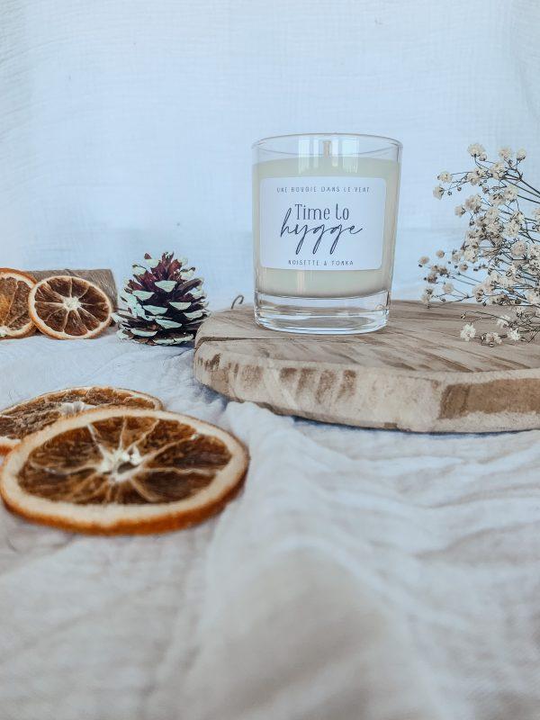 Cette bougie est délicieusement parfumée à la noisette & à la fève tonka. Un parfum tout doux et gourmand à souhait. Idéal pour accompagner nos soirées cocooning !