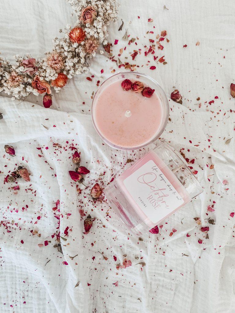 """Cette bougie a été créée en l'honneur de l'évènement """"Octobre rose"""". 20% des ventes seront reversés à l'association RoseUp qui accompagne les femmes touchées par le cancer du sein."""
